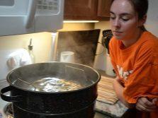 Банки с вареньем из иван-чая на водяной бане