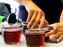 Закрутить крышки с соком иван-чая