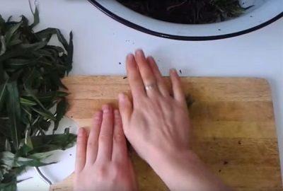 Раскатывание листьев иван-чая на разделочной доске
